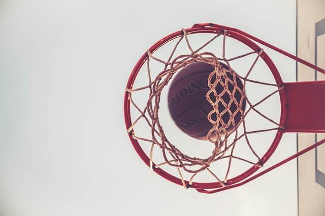 バスケットリングに吸い込まれるボール