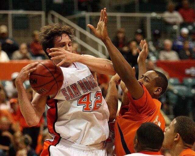 接触するバスケットの選手